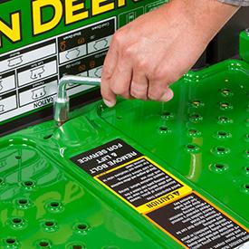 Afloje el tornillo para retirar la plataforma y acceder a la plataforma de corte