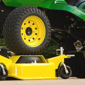Vista de tractor X758 posicionándose sobre una plataforma de corte de alta capacidad con el sistema AutoConnect opcional
