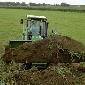 Tractor angosto con pala cargadora