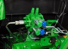 Depósito del lavaparabrisas (derecha de las válvulas de control selectivo [VCS]).