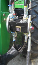 Single-point hydraulic connection on utility tractor (closed)