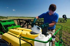 Les produits chimiques sont gardés séparément dans un réservoir.
