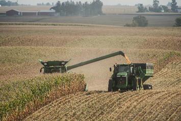 Récolte sur champs vallonnés