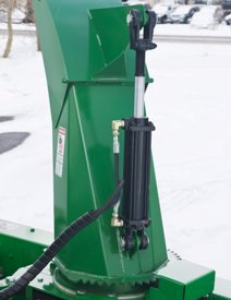 Un vérin hydraulique optionnel permet de diriger la goulotte