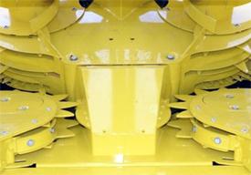 10 et 12 rangées avec trois anneaux dentés acheminant la récolte vers la récolteuse de fourrage automotrice