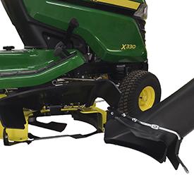 Déflecteur MulchControl arrière déposé pour permettre l'installation de la goulotte d'éjection (corps de tondeuse sur le tracteurX330 illustré)