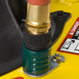 Orifice de nettoyage de la tondeuse avec raccord de tuyau souple