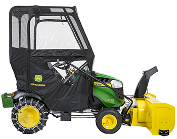 Souffleuse à neige, abri contre intempéries, masses d'alourdissement et chaînes sur un tracteur de série100