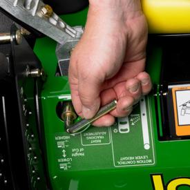 Réglage de la voie à l'aide de la goupille de réglage de la hauteur de coupe;