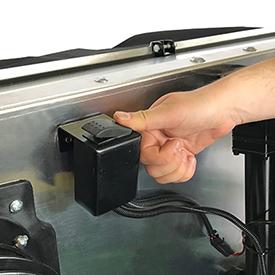 L'interrupteur à bascule déclenche un actionneur qui soulève et abaisse le hayon