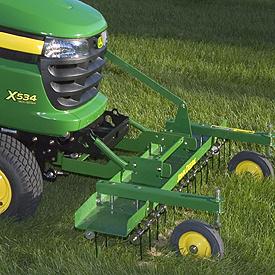 Déchaumeuse à dents avant installée sur le tracteur X534