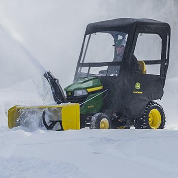 Tracteur X590 illustré avec souffleuse à neige et abri contre intempéries en option