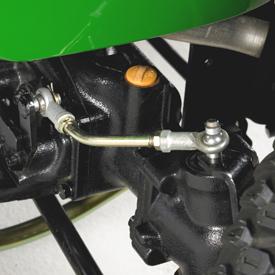 Le bras de commande augmente la vitesse des roues avant dans les virages.