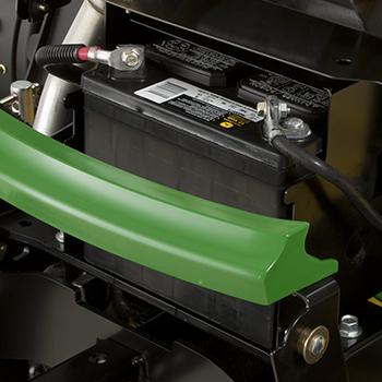 Batterie située à l'avant du châssis du tracteur