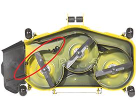 Déflecteur MulchControl fermé (une tondeuse comparable sur un tracteur de la sérieX700 est illustrée)
