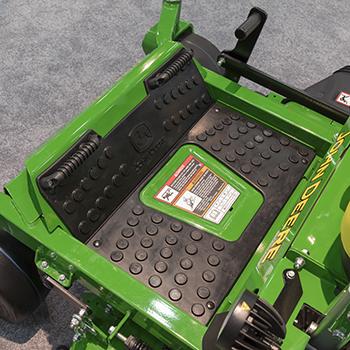 Tapis de traction sur le modèle Z740R, montré avec les appuie-pieds en option