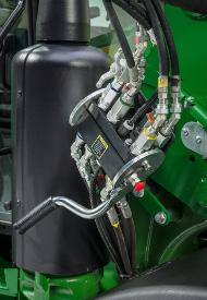 Raccord hydraulique en un seul point sur un tracteur5R avec configuration de troisième fonction