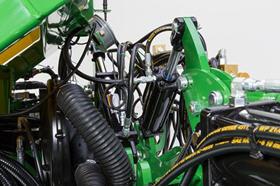 Le châssis du semoir de précision1725C est doté d'un vérin hydraulique assurant le relevage et la poussée verticale pour les ailes
