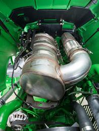 Le catalyseur d'oxydation diesel et le filtre à particules diesel se trouvent sous le capot, au-dessus du moteur