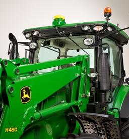 Tracteur de la série 7210R équipé de l'ensemble éclairage de chargeur/conduite