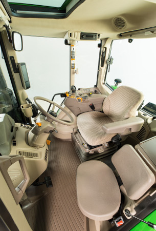 Cabine standard du tracteur6120M équipée d'une consoleCommandARM™ compacte