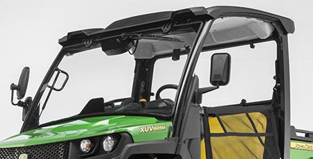 Exemple de garniture de toit sur un véhicule à poste de conduite ouvert à version M (avec pare-brise en option, essuie-glace, panneau arrière et rétroviseurs latéraux installés)