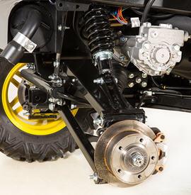 Détail de la suspension arrière du véhicule utilitaireXUV