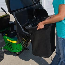 Entfernen eines Grasfangsacks aus dem 230-l- (6,5-bu)-Aufnahmebehälter