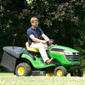 X146R beim Rasenmähen
