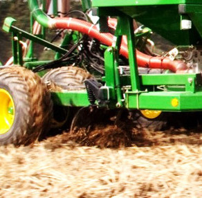Traktor-Spurlockerer im Einsatz