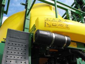 Halterung für Infokarten zur Pflanzenschutzmittelsicherheit vorne an Maschine