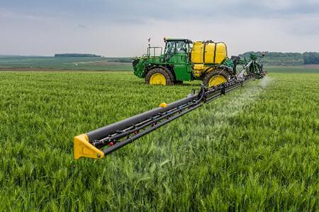 Intelligente Feldspritzenfunktionen ermöglichen eine präzise Spritzmittelausbringung, erhöhen die Produktivität der Feldspritze und senken die Betriebskosten