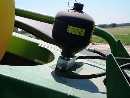 Ein großer Druckspeicher absorbiert vertikale Bewegungen des Spritzgestänges