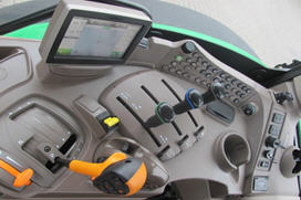 Konsole auf der rechten Seite der ComfortView-Kabine (AutoQuad Getriebe wird dargestellt)