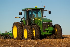 8R-Traktor mit vorderer Zwillingsbereifung