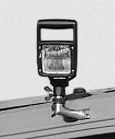 Ein zusätzlicher H3-Arbeitsscheinwerfer – an Halterung der Rundum-Warnleuchte montiert