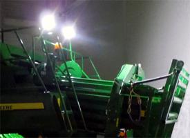 Faro por diodo luminiscente (LED) en la parte trasera de la máquina