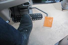 Sólo es necesario pisar el pedal de freno para detener el tractor