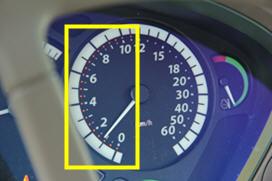 Velocidad seleccionada indicada en el salpicadero.