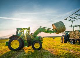 Trabajo de pala cargadora frontal con el tractor 6M