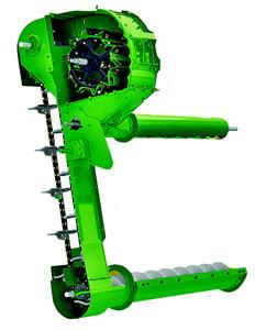 Les grains toujours accrochés aux épis sont séparés par un mini-batteur à battes striées et le contre-batteur.