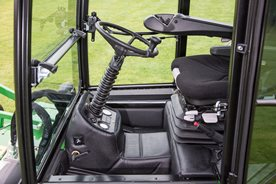 Plate-forme spacieuse accessible des deux côtés pour le confort du conducteur