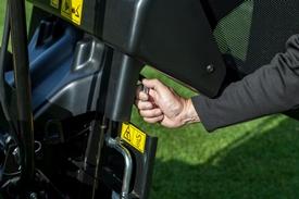 Verrouillage du châssis pendant que le bac de ramassage est ouvert
