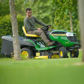 TracteurX166R réalisant les finitions autour des arbres