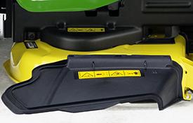 Déflecteur d'éjection latérale sur le carter de coupe Accel Deep 42A