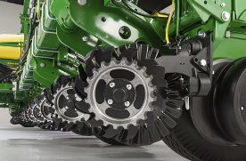 L'association de l'accessoire de nettoyage de rangs Easy Adjust et du coutre offre une solution de travail de rangs contrôlée directement depuis la cabine du tracteur