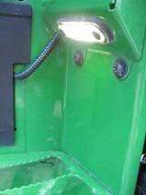 Éclairage de marchepied situé sur les marches de droite
