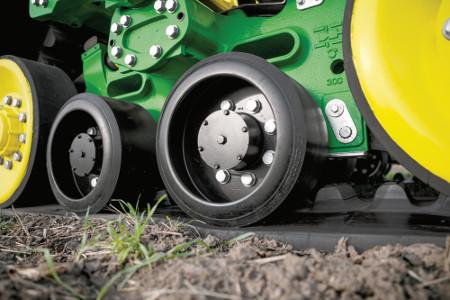 Les deux galets intermédiaires de grand diamètre de 427mm (16,8po) maintiennent les courroies de chenille en contact avec le sol sur toute la longueur du train de roulement