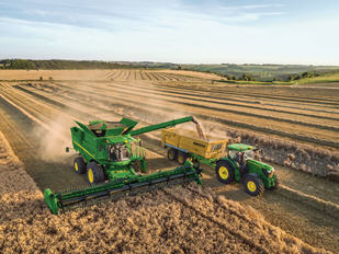 The yield data is displayed on the Gen 4 CommandCenter™ 4600 Display and can be wirelessly transferred to the Operations Center on MyJohnDeere.com.