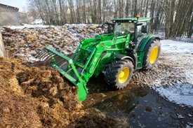 H360 hydraulic self-leveling (HSL) loading manure